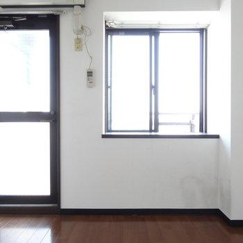 玄関入ってすぐのお部屋。出窓の前に物も置けそう!(※写真は清掃前のものです)