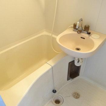 お風呂は1人で入るには十分の広さ。(※写真は清掃前のものです)