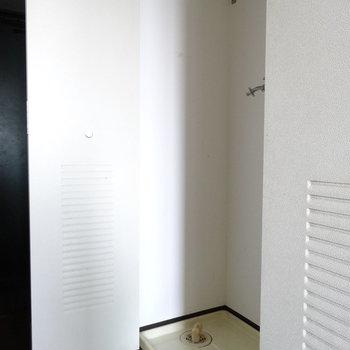 お次の扉は洗濯機置場!(※写真は清掃前のものです)