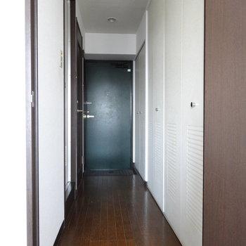 玄関までの廊下。右側に扉が並んでいます。あれれ?キッチンはどこに?(※写真は清掃前のものです)