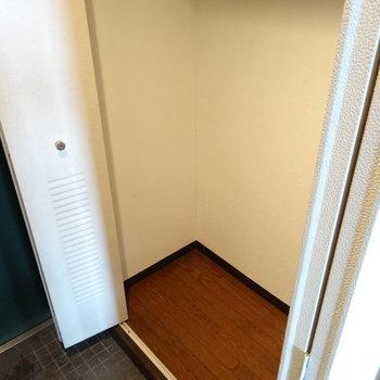 玄関横の最後の扉は収納スペース!お掃除道具しまおっかな♬(※写真は清掃前のものです)