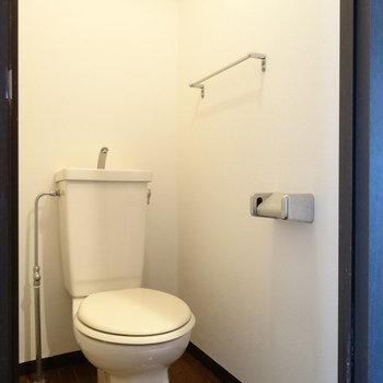 トイレもキレイ!天井の収納スペースも◎(※写真は清掃前のものです)