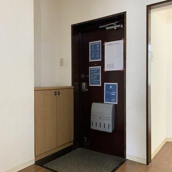 【工事前】今の玄関はこんな感じですが…右側に土間が広がる予定!