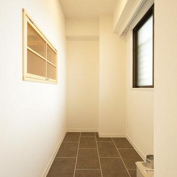 【イメージ】室内窓は土間に対して、こんなイメージで設置されます。※土間のタイルは写真とは異なる質感のものです