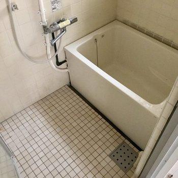 お風呂は換気扇代わりに窓付き◎ふるさは感じるけどサーモ水栓で使い勝手はいいね。 (※写真は清掃前、通電前のものです)