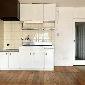 レトロかわいいキッチン。よーく目を凝らしてみて・・・(※写真は清掃前、通電前のものです)
