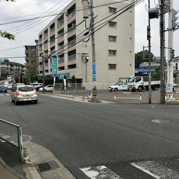 片側1車線なので通勤時は混みそう。循環バスと路面バスが走ってますよ。青いコンビニもすぐ近く!