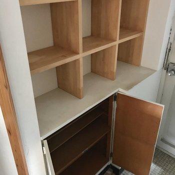 下のBOXには靴を入れて、上の飾り棚には自慢のスニーカーを飾っても◎ (※写真は清掃前、通電前のものです)