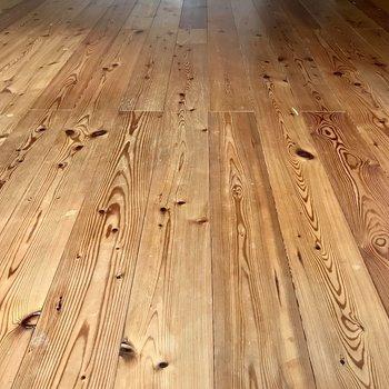 いろんな顔を見せてくれる無垢床。カーペットは敷きたくない!(※写真は清掃前、通電前のものです)