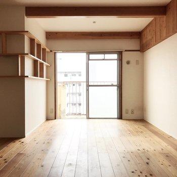 テレビ線は窓辺に。壁の飾り棚には本や雑貨を並べよう。(※写真は清掃前、通園前のものです)