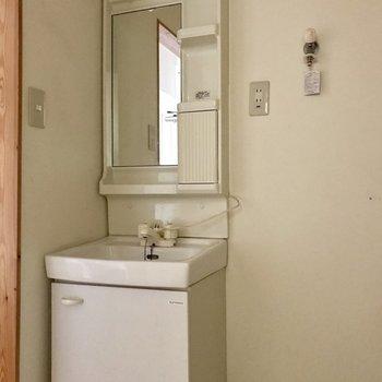 洗面台はレトロめ。顔は洗えるからいっか! (※写真は清掃前、通電前のものです)