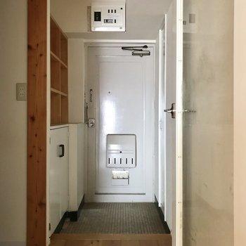 玄関もリノベらしいレトロさがキュート。 (※写真は清掃前、通電前のものです)