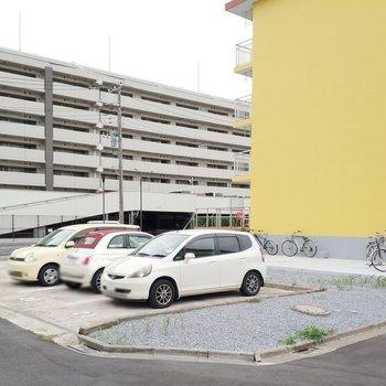駐車場は屋外です。