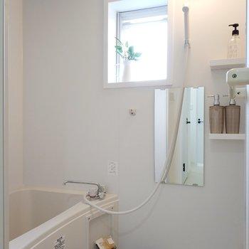 お風呂には窓がついています。※写真は2階反転間取りの別部屋のものです