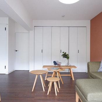 リビング奥はソファを置いてリラックススペースに。※写真は2階反転間取りの別部屋のものです