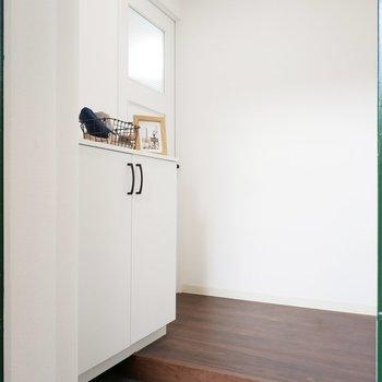 玄関から清潔感あります。※写真は2階反転間取りの別部屋のものです