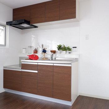 キッチン横に冷蔵庫や家電を。※写真は2階反転間取りの別部屋のものです