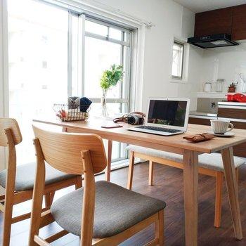パソコンを置いて作業スペースにしてみたり※写真は2階反転間取りの別部屋のものです