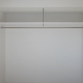 洋室にあるクローゼットはオープンタイプ。※写真は2階の同間取り別部屋のものです