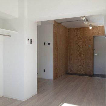 パーテーションを置いて仕切るのもアリですね。※写真は2階の同間取り別部屋のものです