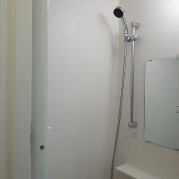 浴槽がないのでシャワーは手短に済ませましょう。※写真は2階の同間取り別部屋のものです