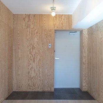 玄関はフラットになっています。※写真は2階の同間取り別部屋のものです
