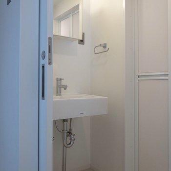 洗面所は脱衣所としても使える広さです。※写真は2階の同間取り別部屋のものです