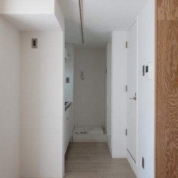 キッチンにまでライティングレールがのびています◎※写真は2階の同間取り別部屋のものです