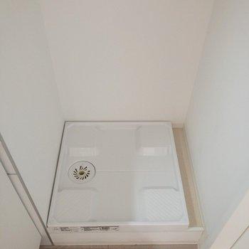 洗濯機置場はキッチンの横にあります。※写真は2階の同間取り別部屋のものです