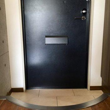 カーブのついた玄関がかわいい