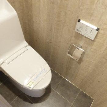 トイレは廊下からアクセス。※写真は7階の同間取り別部屋のものです