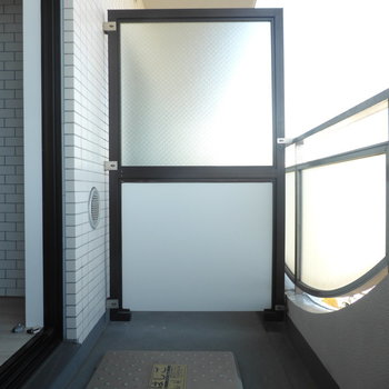 外干しには十分なサイズのバルコニー。※写真は7階の同間取り別部屋のものです