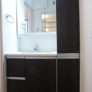 脱衣所に独立洗面台があります。※写真は7階の同間取り別部屋のものです