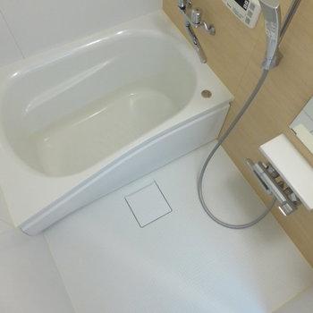 浴室はコンパクト。※写真は7階の同間取り別部屋のものです