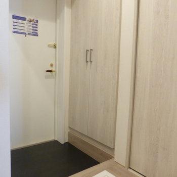 玄関はコンパクト。※写真は7階の同間取り別部屋のものです
