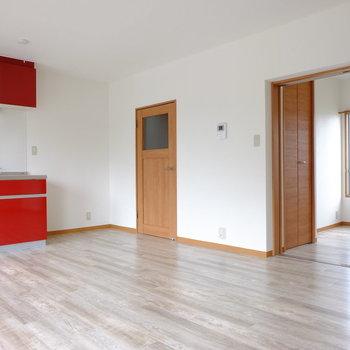 ブラウンのドアとキッチンのコントラストが美しい…