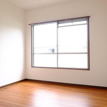 こちらは主寝室。6帖ほどの空間です。