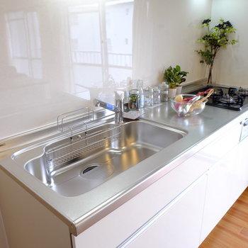キッチンは3口グリル付き※写真はモデルルームです。