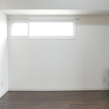 小窓の下には、2人掛けのソファを置いてみても◎