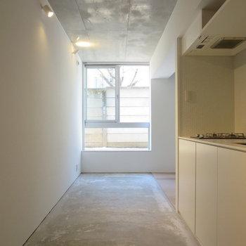 コンクリート打ちっぱなしでスタイリッシュなデザイン※写真は1階の反転間取り別部屋のものです