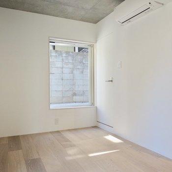 居室はシンプルに※写真は1階の反転間取り別部屋のものです