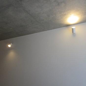 オレンジのライトが落ち着きますね※写真は1階の反転間取り別部屋のものです
