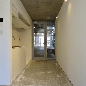 フラットな作りで、玄関の仕切りもありません※写真は1階の反転間取り別部屋のものです