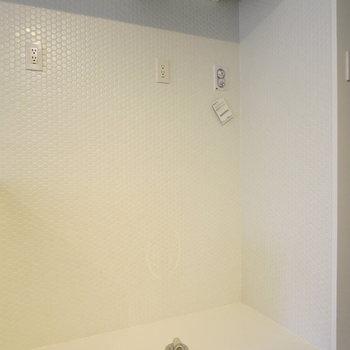 冷蔵庫、洗濯機置場を並んで置く形になります※写真は1階の反転間取り別部屋のものです