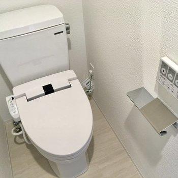 正面にトイレ。ウォシュレット付きです。※写真は2階の同間取り別部屋のものです