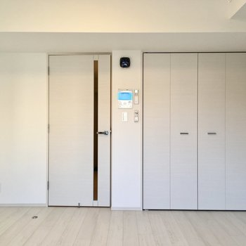 窓側から見ると。右奥にクローゼット。※写真は2階の同間取り別部屋のものです