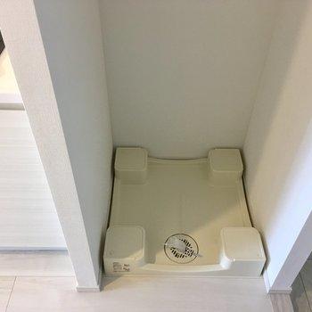 キッチンの右に洗濯機置場※写真は2階の同間取り別部屋のものです