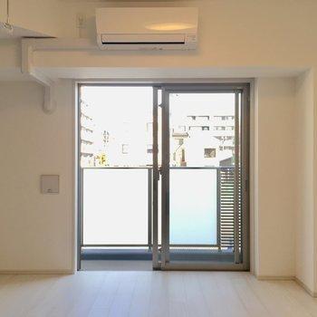 居室に入ると…エアコン付きです。※写真は2階の同間取り別部屋のものです