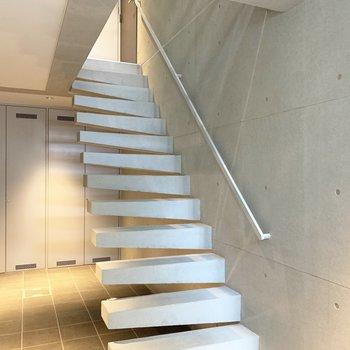 このスタイリッシュな階段を上がって2階へ