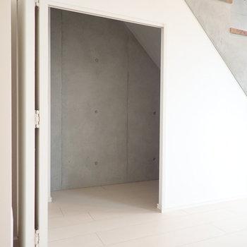 階段下には秘密の部屋のような収納が。